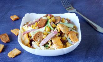 фото к рецепту салат с сухариками и копченой колбасой