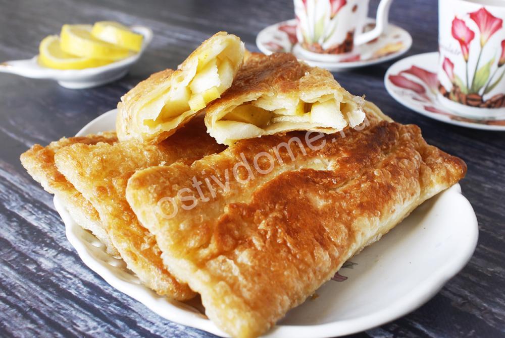 фото к рецепту яблочные слоеные пирожки из слоеного дрожжевого теста на сковороде