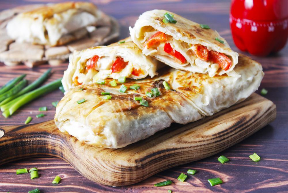 лаваш с начинкой из курицы с сыром на сковороде фото