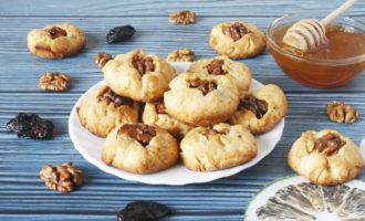 песочное печенье с черносливом и грецкими орехами фото