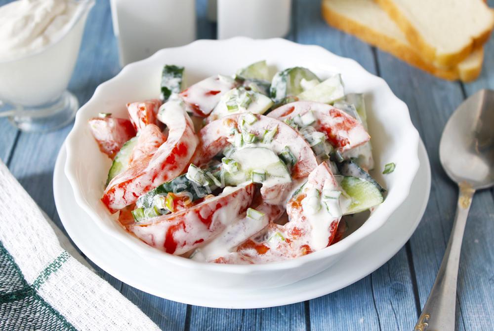 салат из свежих огурцов и помидоров с зеленью со сметаной