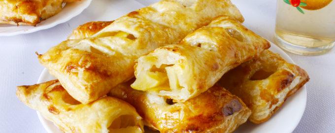 фото к рецепту слойки с яблоком из слоеного бездрожжевого теста в духовке